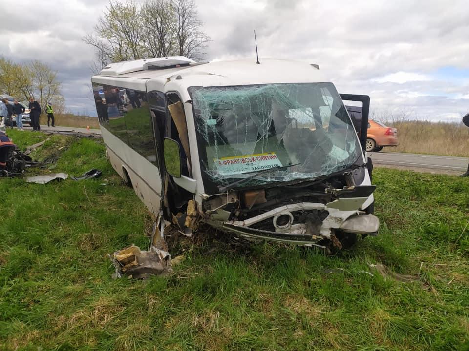 На Коломийщині зіткнулися автобус та КІА, є загиблі і багато поранених (ФОТО)