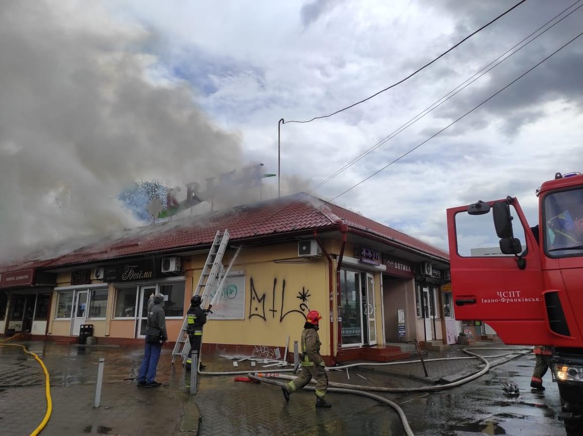 У центрі Франківська сильна пожежа – горить квітковий павільйон (ФОТО, ВІДЕО)