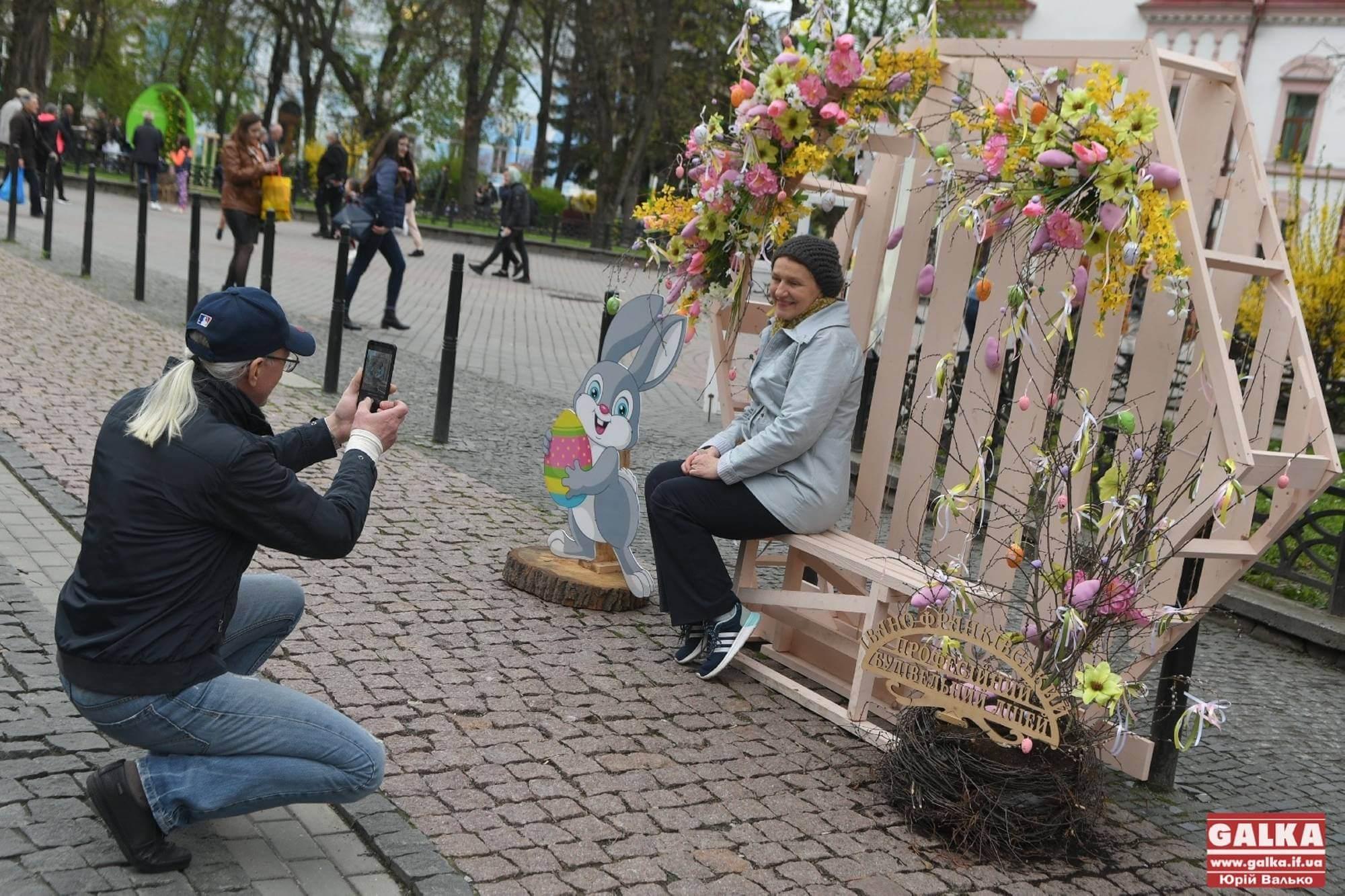 Квіти, кролики та яйця: у центрі Франківська облаштували фотозону до Великодня (ФОТО)
