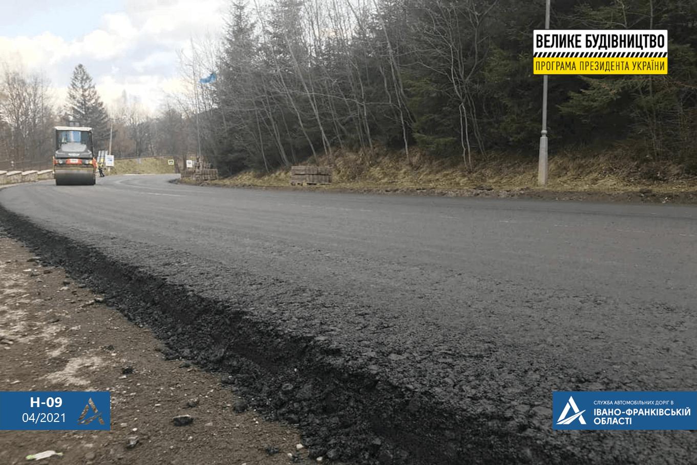 На дорозі держзначення у Ямній уклали вирівнюючий шар асфальтобетону (ФОТО)