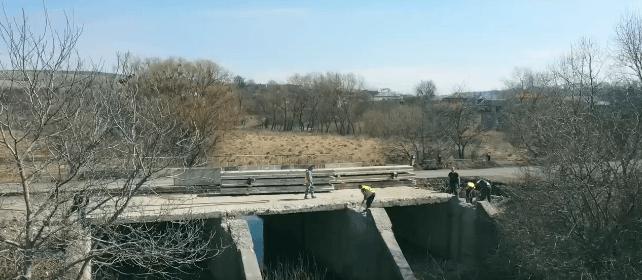 У селі на Рогатинщині капітально ремонтують міст (ВІДЕО)