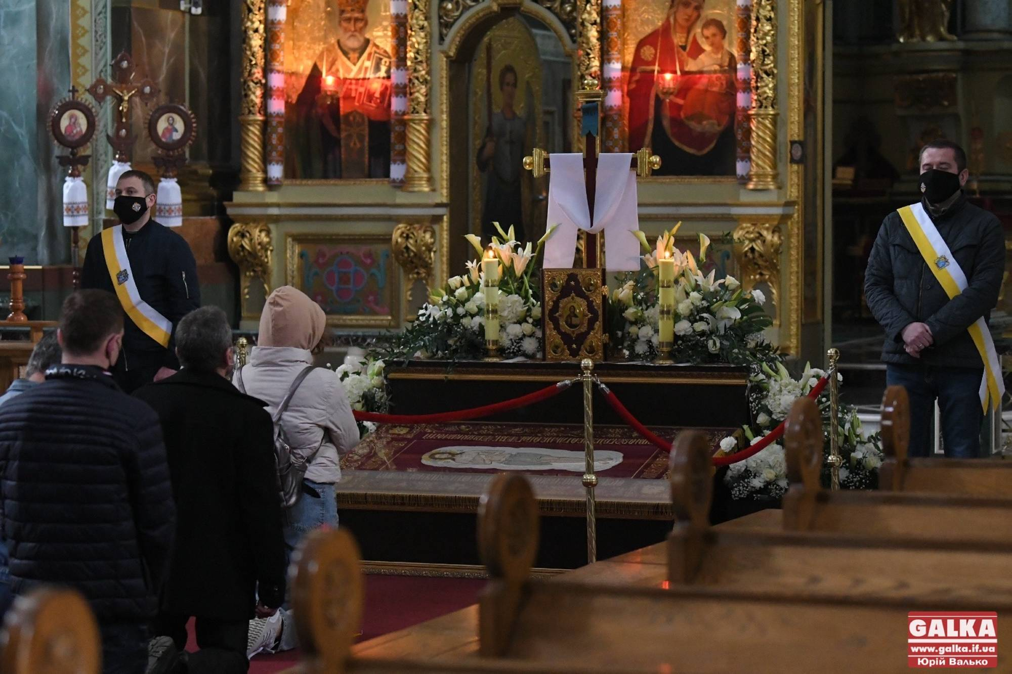 З поклоном замість цілувань: у франківських храмах вшановують святу плащаницю (ФОТО)