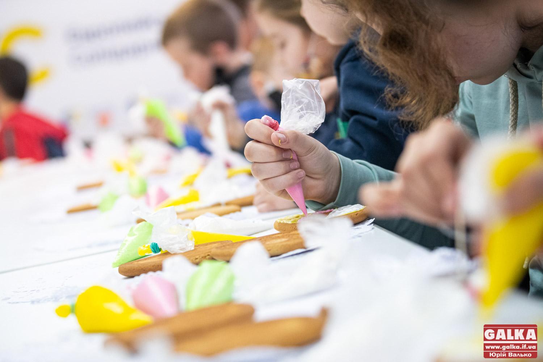 Зігріті дитячими руками: юні франківці готують великодні смаколики для захисників на Сході (ФОТО)