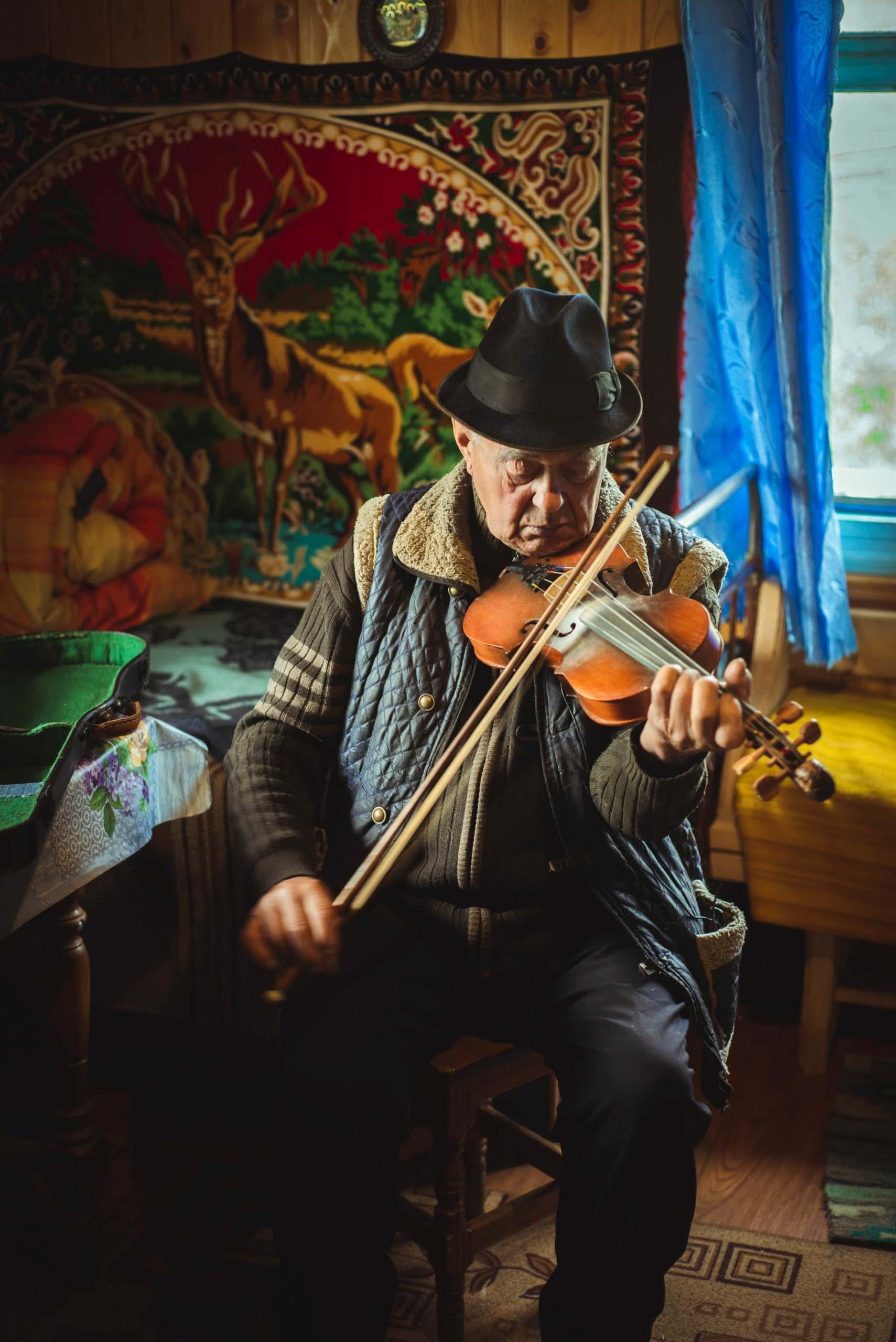 """""""Вже мене знає весь світ"""": 82-річний майстер-самоук із Прикарпаття створює музичні інструменти (ФОТО, ВІДЕО)"""