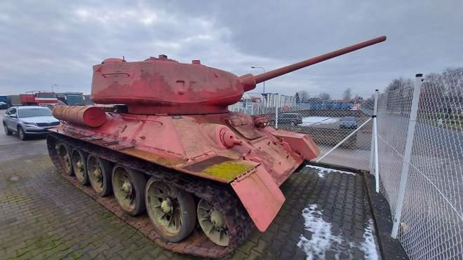У Чехії чоловік здав у поліцію танк і артилерійську установку (ФОТО)
