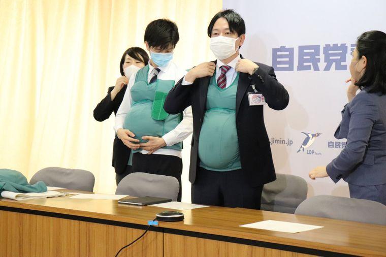 У Японії троє політиків два дні носили штучні животи, щоб підтримати вагітних жінок