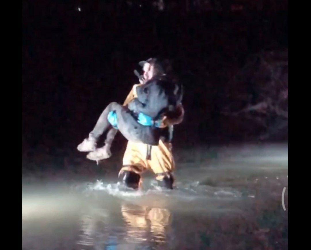 Вночі на Набережній поліція та ДСНС рятували дівчину, котра застрягла у Бистриці (ВІДЕО, ОНОВЛЕНО)