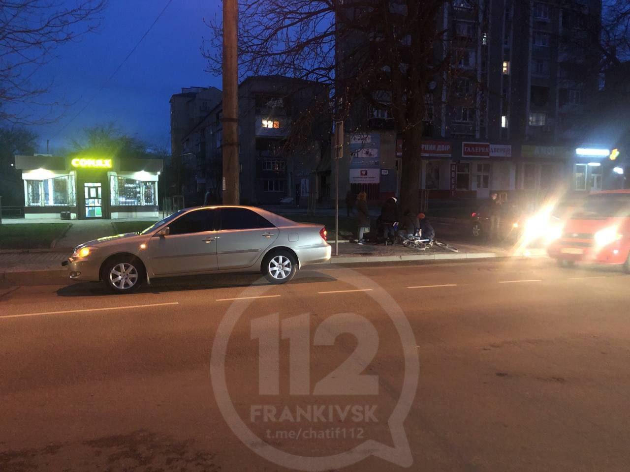 На Вовчинецькій юний водій на Toyota зіткнувся з велосипедистом (ФОТОФАКТ)