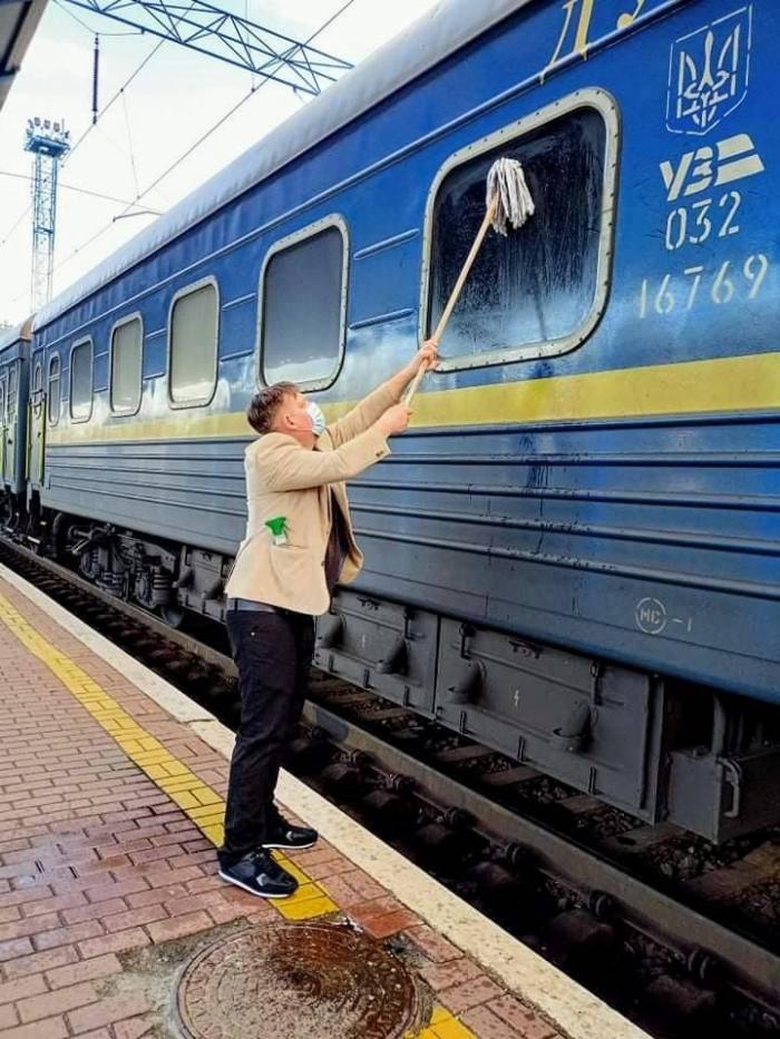 Місія нездійсненна — відмити вікно потяга «Укрзалізниці» спробував пасажир з Данії (ФОТО)