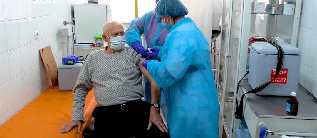 На Прикарпатті почали робити щеплення вакциною Pfizer (ВІДЕО)