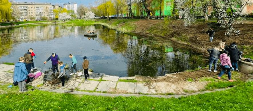 На БАМі почистили озерце та висадили сливи Пісарді (ФОТО)