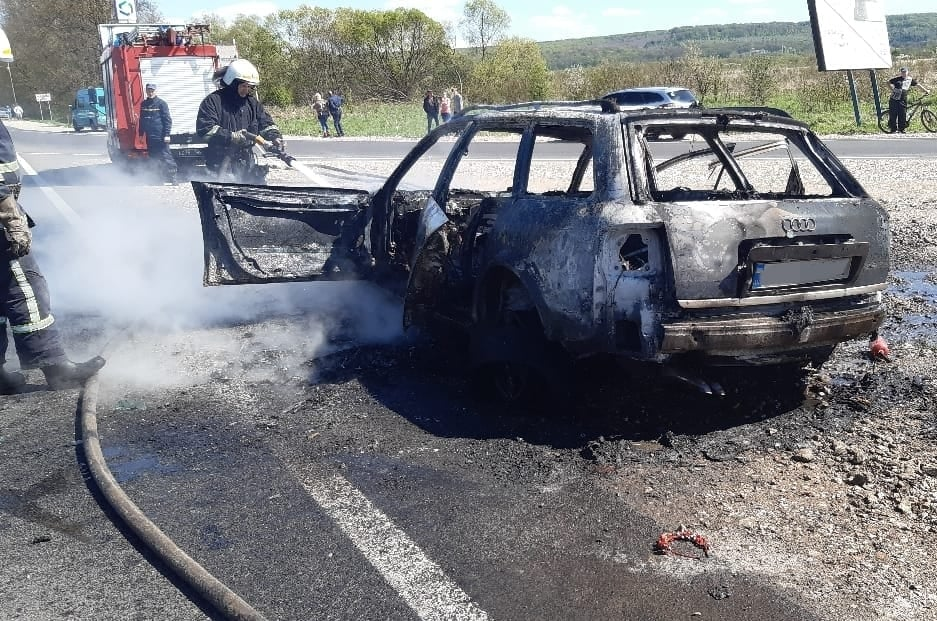 На околиці Калуша під час руху зайнялась і згоріла AUDI (ФОТО, ВІДЕО)