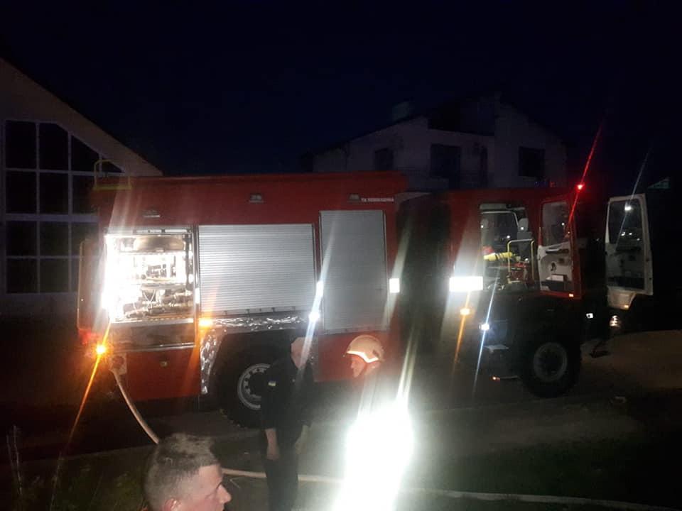 У Городенці загорівся житловий будинок. Рятувальники евакуювали дітей та дорослих (ФОТО)