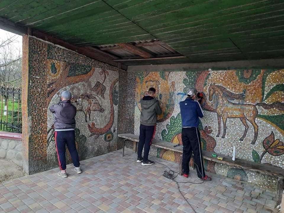 На Рожнятівщині небайдужі відчистили старовинну мозаїку на автобусній зупинці (ФОТО)