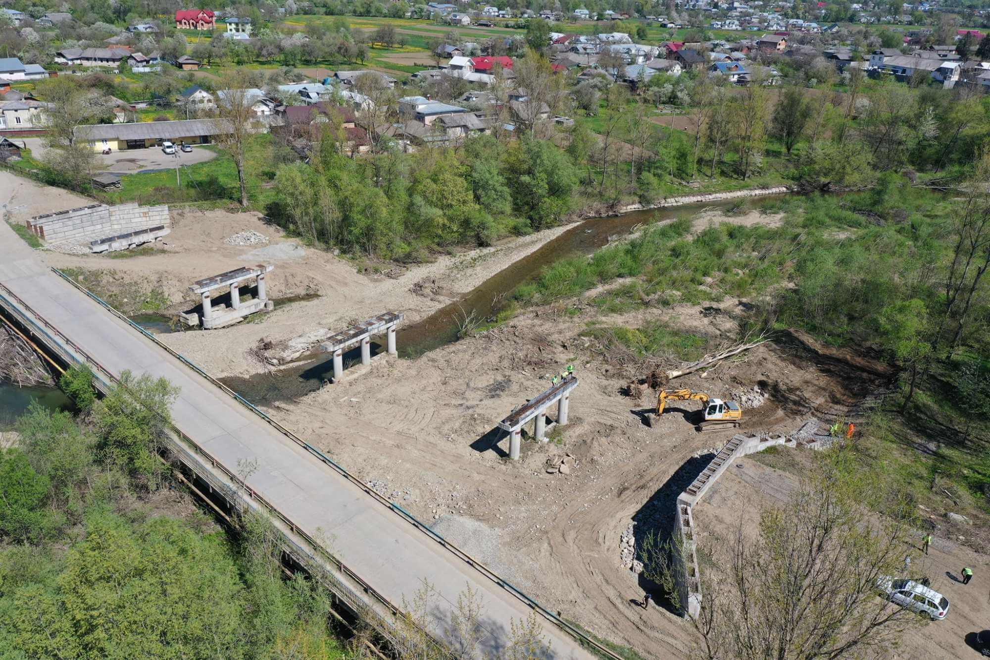На Косівщині через річку Рибницю будують міст (ФОТО)