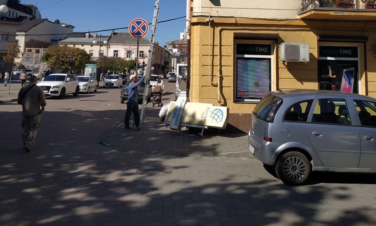 Десять незаконних рекламних конструкцій прибрали з вулиць Франківська (ФОТО)