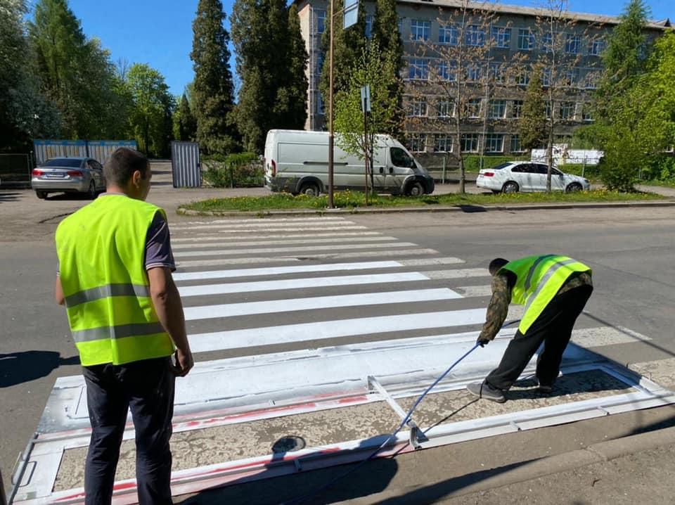За вихідні у Франківську побільшало пішохідних переходів з розміткою (ФОТО)