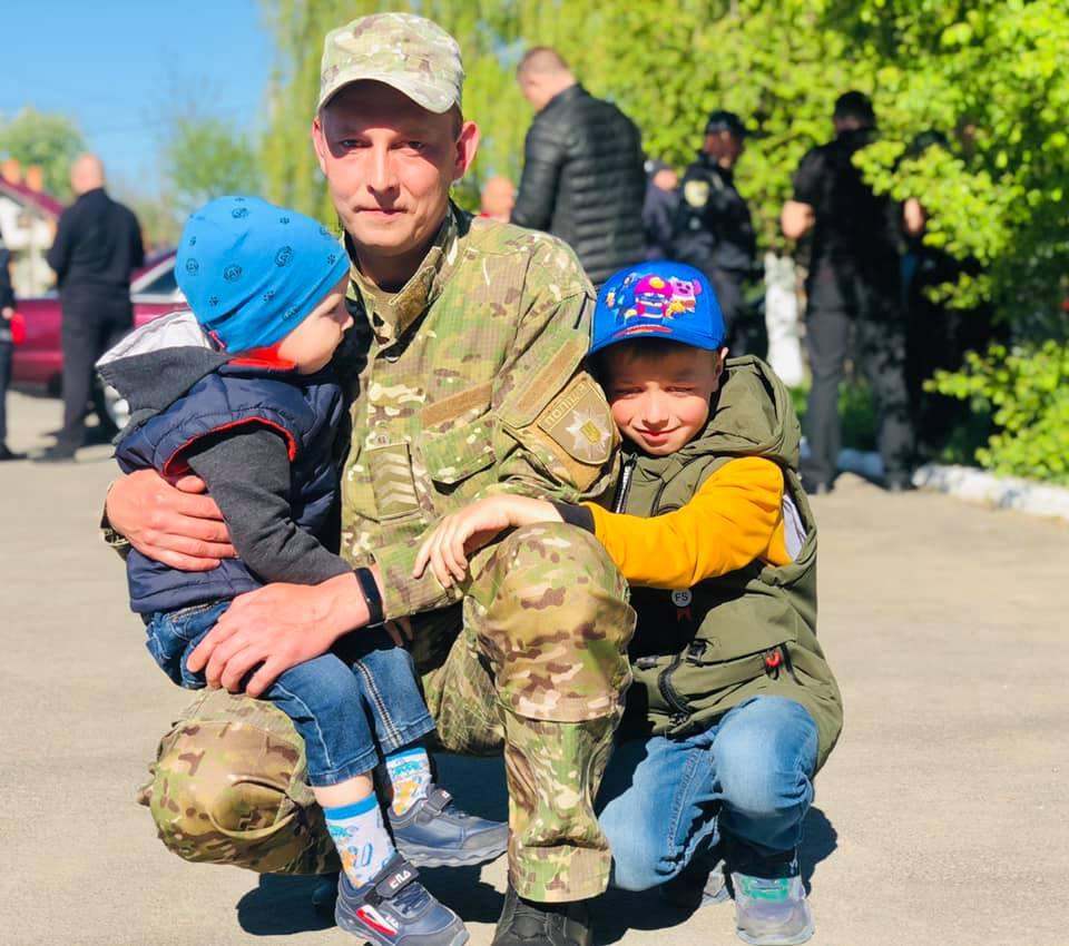 Рідні та товариші провели прикарпатських поліціянтів в зону ООС (ФОТО)