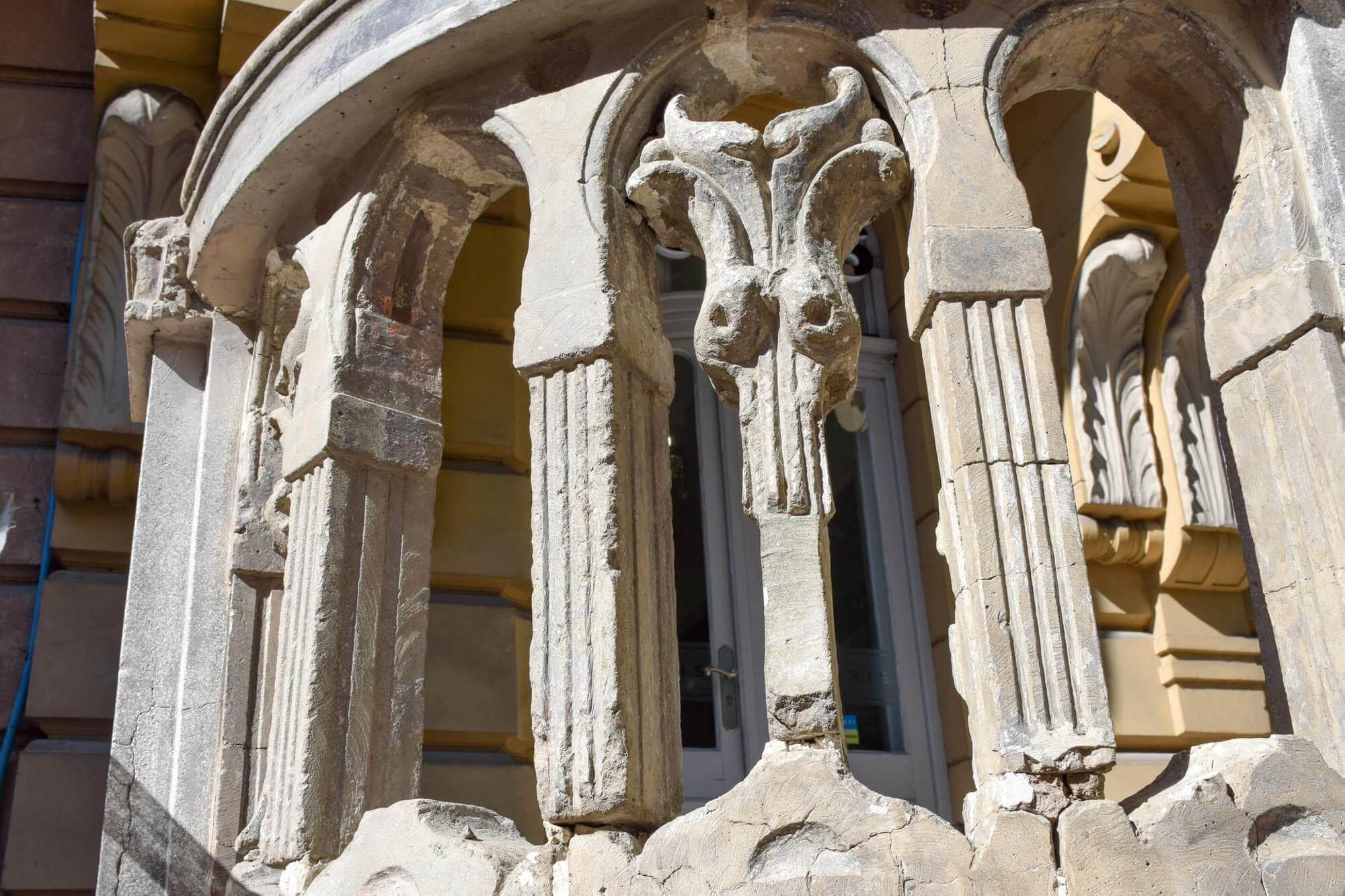 На Короля Данила активно відновлюють старовинну декоративну огорожу (ФОТО)