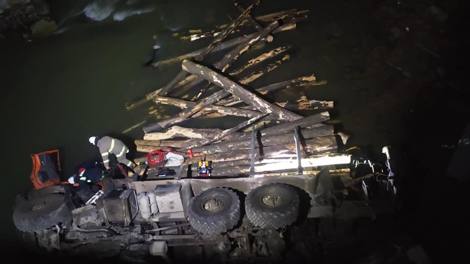 Двоє загиблих і один травмований: вночі в Калуському районі лісовоз впав у річку (ФОТО)