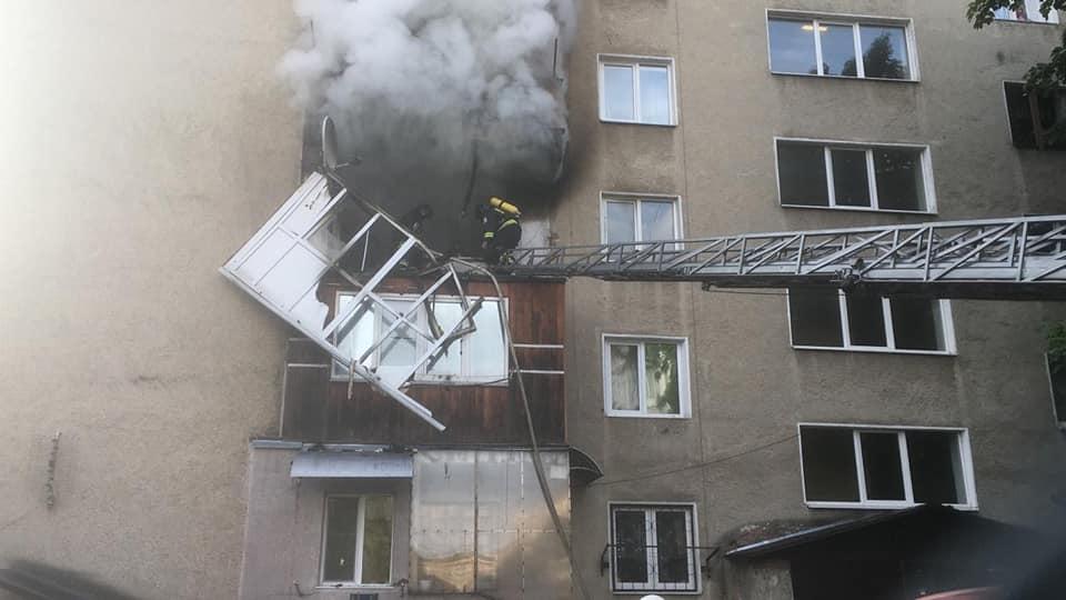 Масштабна ранкова пожежа у Франківську: є загиблий, евакуювали майже 50 людей (ФОТО, ВІДЕО)