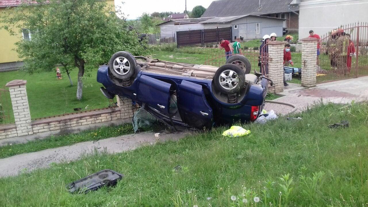 На Калущині зіткнулися два автомобілі – один перекинувся на дах (ФОТО)