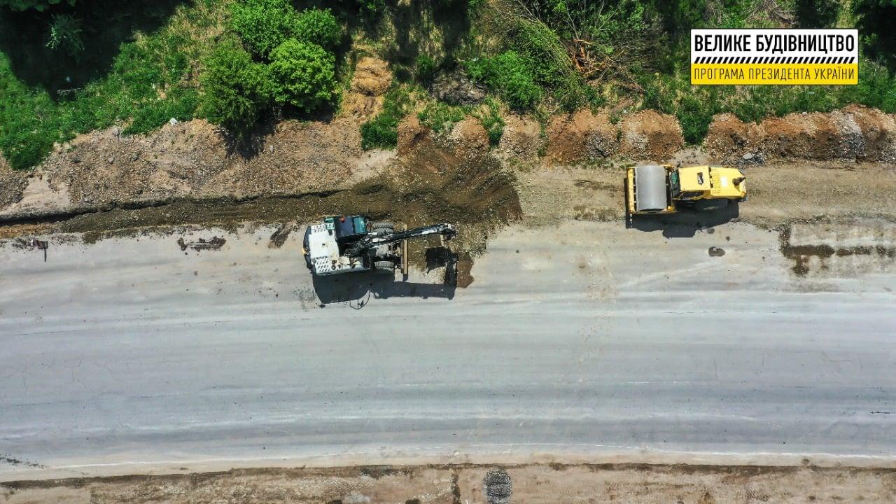 Поблизу Лопушні активно ремонтують дорогу Рогатин-Тернопіль (ФОТО)