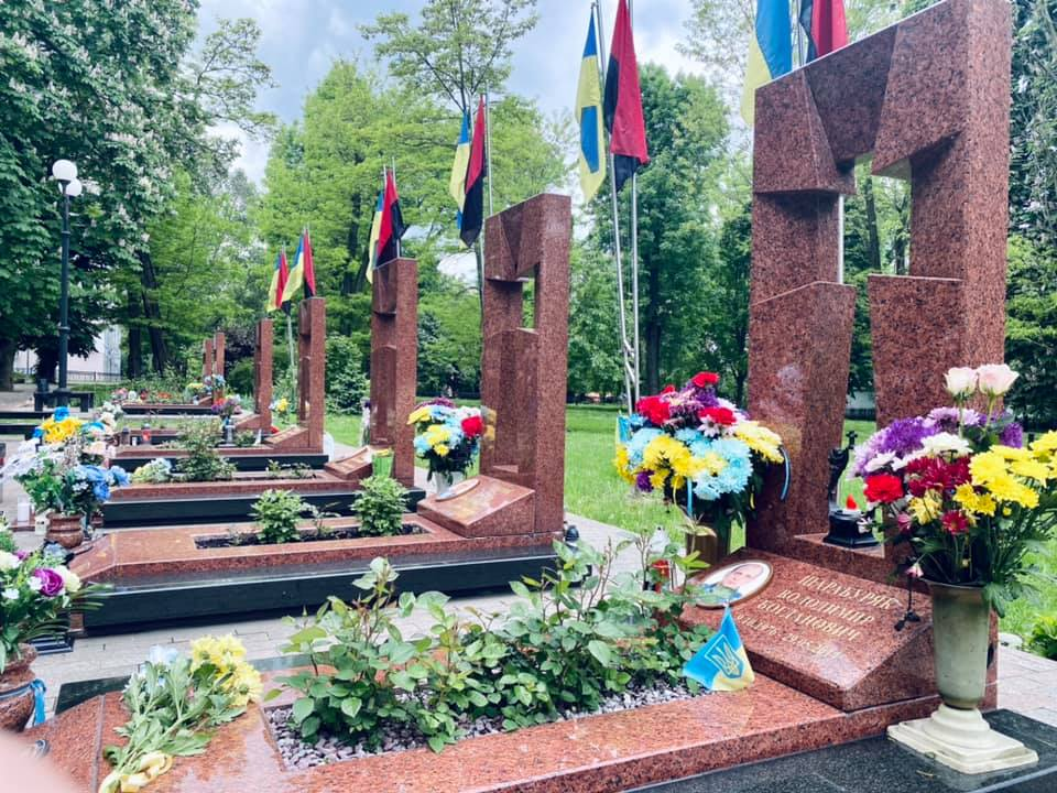 У Франківську вшанували пам'ять правоохоронців, які загинули у збитому бойовиками Мі-8 (ФОТО)
