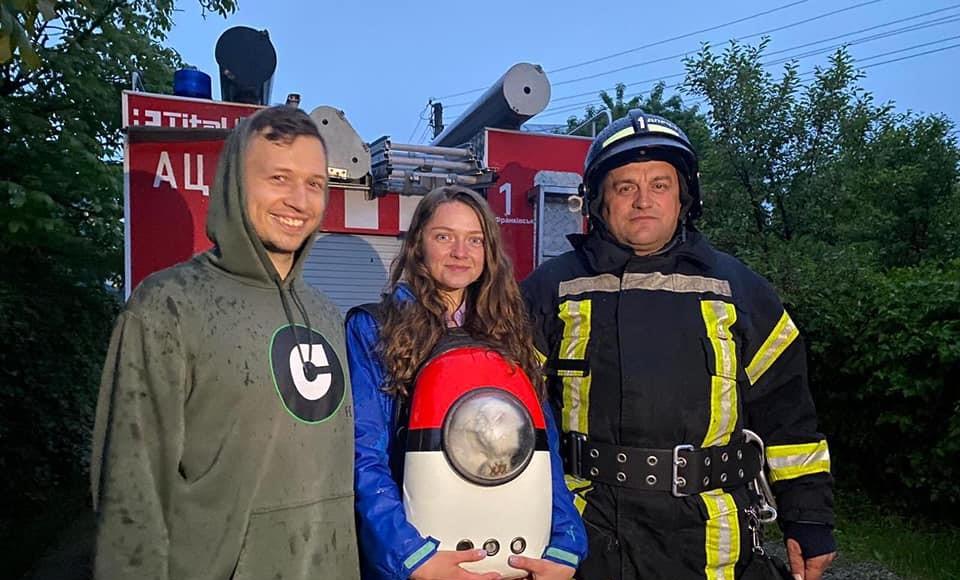 Кіт-екстремал: у Франківську хвостатий заліз на дах, знадобилися рятувальники (ФОТО)