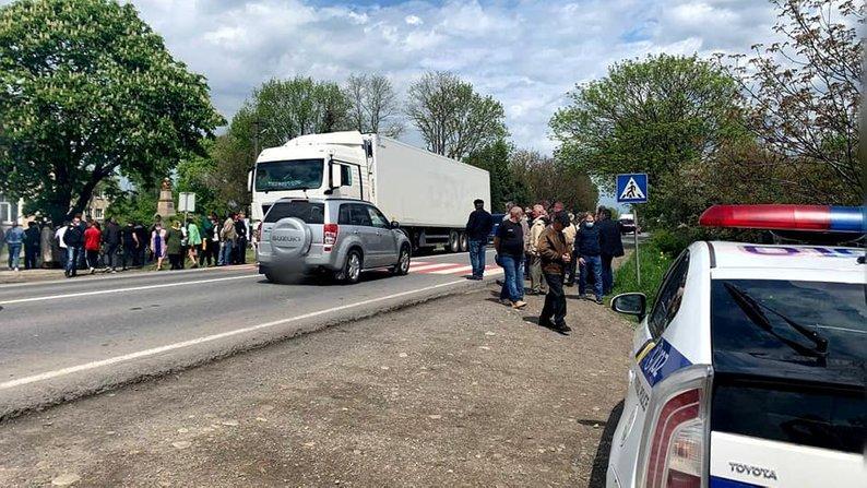 Перекривали дорогу: на Франківщині люди протестують проти будівництва свиноферми