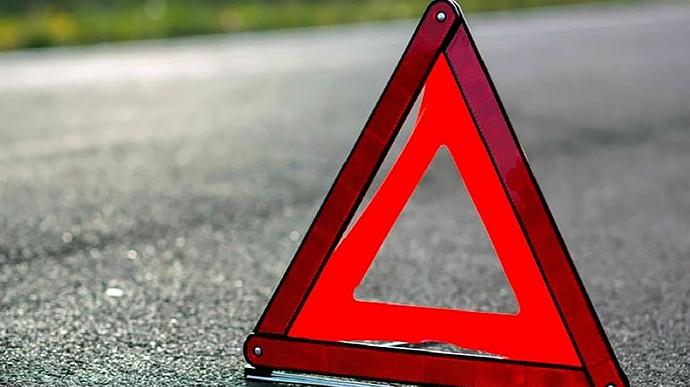 На перетині Коновальця-Петлюри жінка потрапила під вантажівку – лікарі рятують її життя (ФОТОФАКТ)