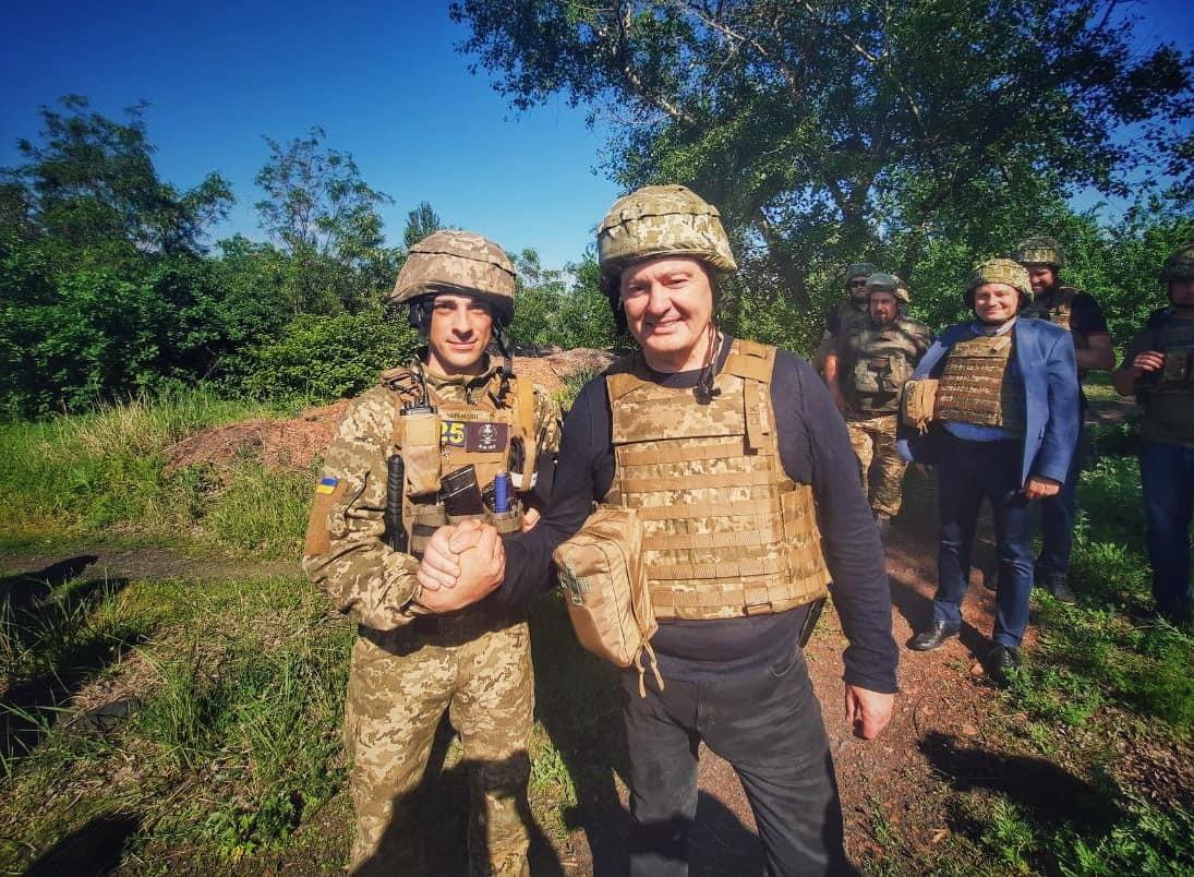 """Порошенко поїхав на фронт, побував на """"нулі"""" і передав військовим комплект відеоспостереження за противником (ФОТО)"""