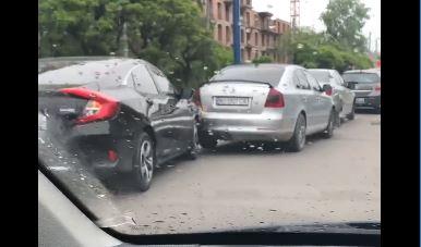 Ранкова пригода: п'ять машин зіткнулися на Бандери (ВІДЕОФАКТ)
