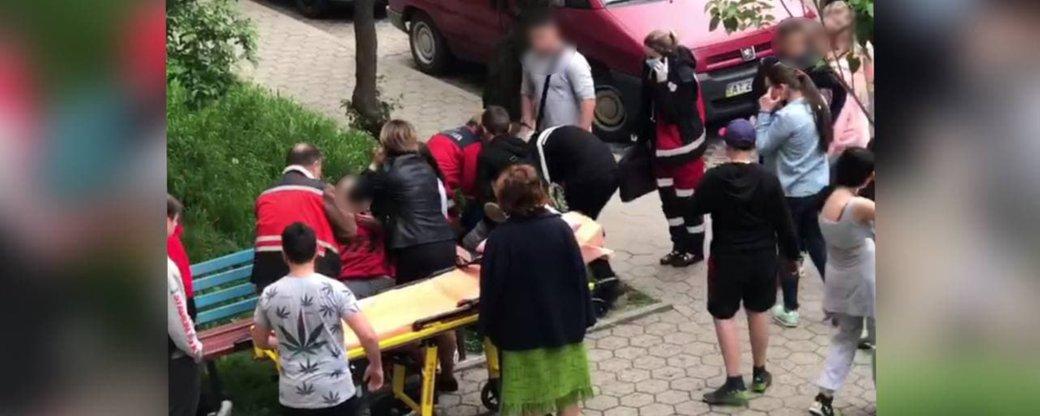 На території недобудованого садка у Франківську виявили нетверезих непритомних дітей