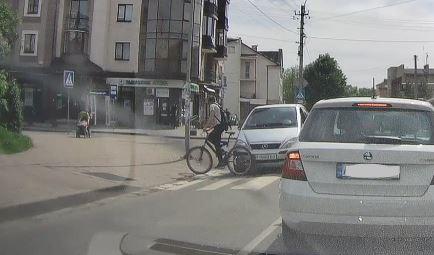 Виїхав на перехід і потрапив під машину: велосипедист-порушник вчинив ДТП на Довгій (ВІДЕО)