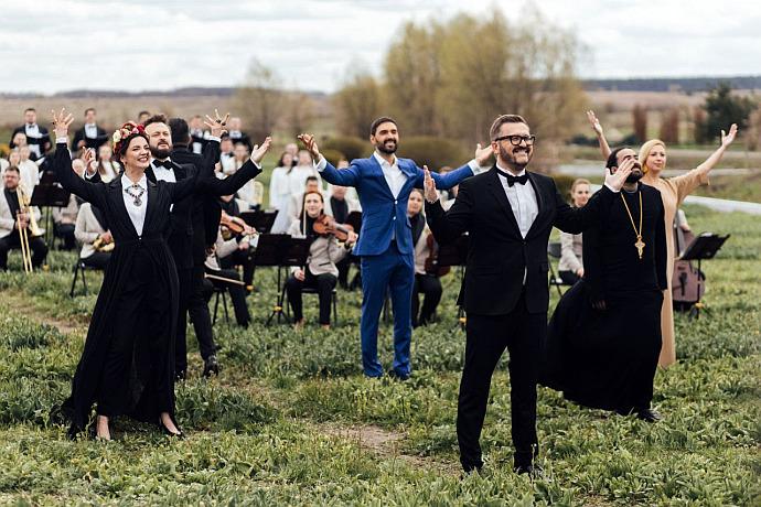 """Огнєвіч, DZIDZIO, Матвієнко та ще дев'ять зірок заспівали """"Христос Воскрес"""" 12-ма мовами (ВІДЕО)"""