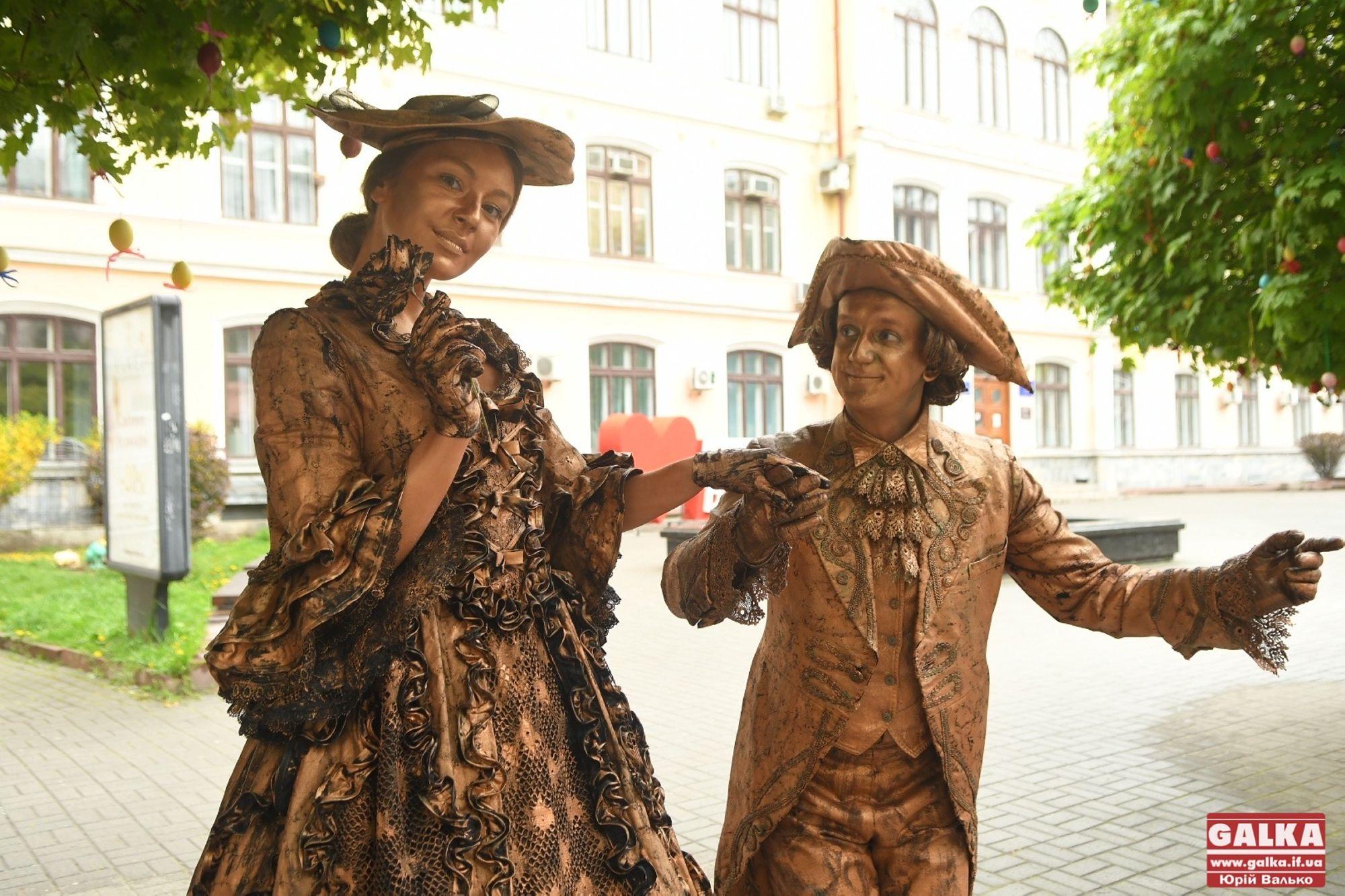 Як у Франківську живі скульптури й музиканти франківців розважають (ФОТО)