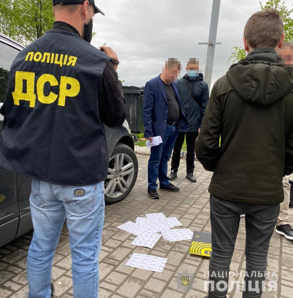Хабар за зменшення штрафних санкцій – на Прикарпатті поліція викрила чиновника-екоінспектора (ФОТО)