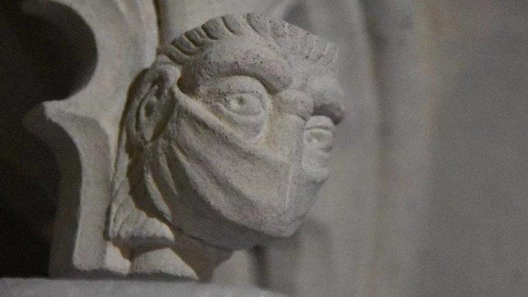 У середньовічному соборі висікли кам'яне обличчя в захисній масці на згадку про COVID-19 (ФОТО)