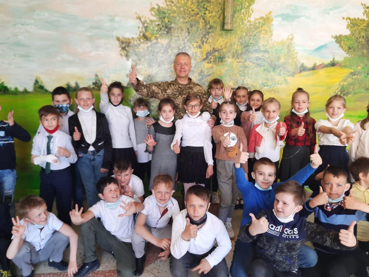 Більше ніж благодійність: «АТБ» передала три тисячі великодніх подарунків дітям із «сірої» зони Донбасу (ФОТО)