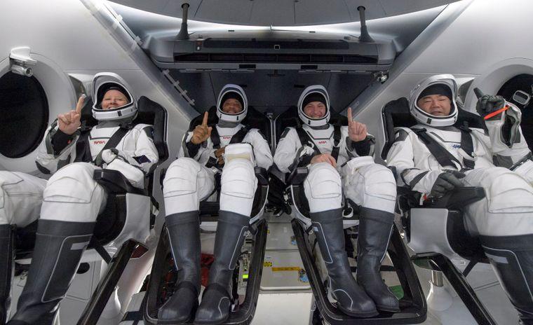 Корабель Crew Dragon з чотирма астронавтами повернувся на Землю. Вони пробули у космосі 168 днів (ФОТО, ВІДЕО)