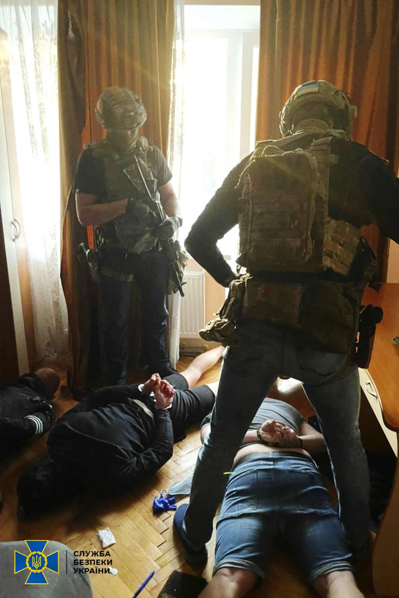 СБУ знешкодила угруповання, яке тероризувало мешканців Франківська (ФОТО)