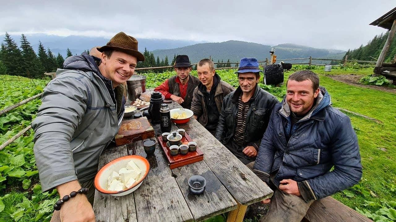 Дмитро Комаров показав, як варив гуцульський сир і грибну юшку в Карпатах (ФОТО, ВІДЕО)