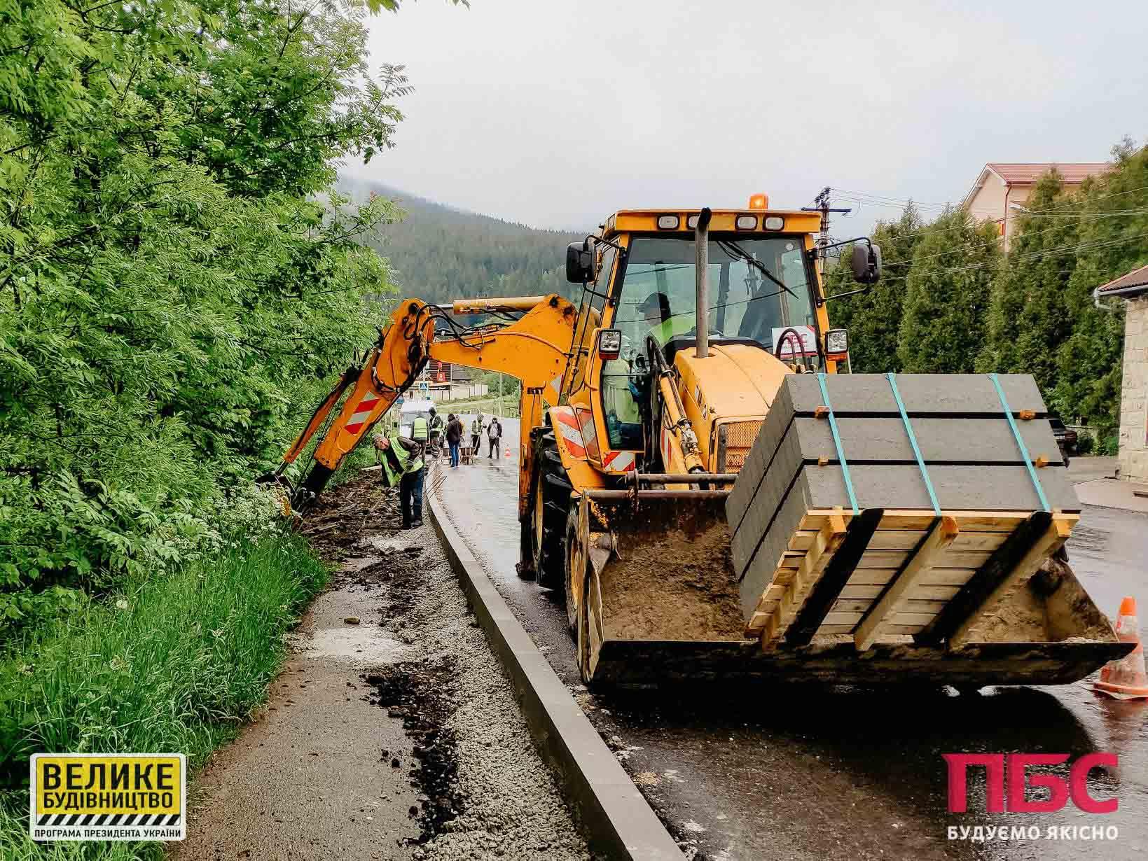 Дощ – не завада: на дорозі Н-09 тривають роботи (ФОТО)