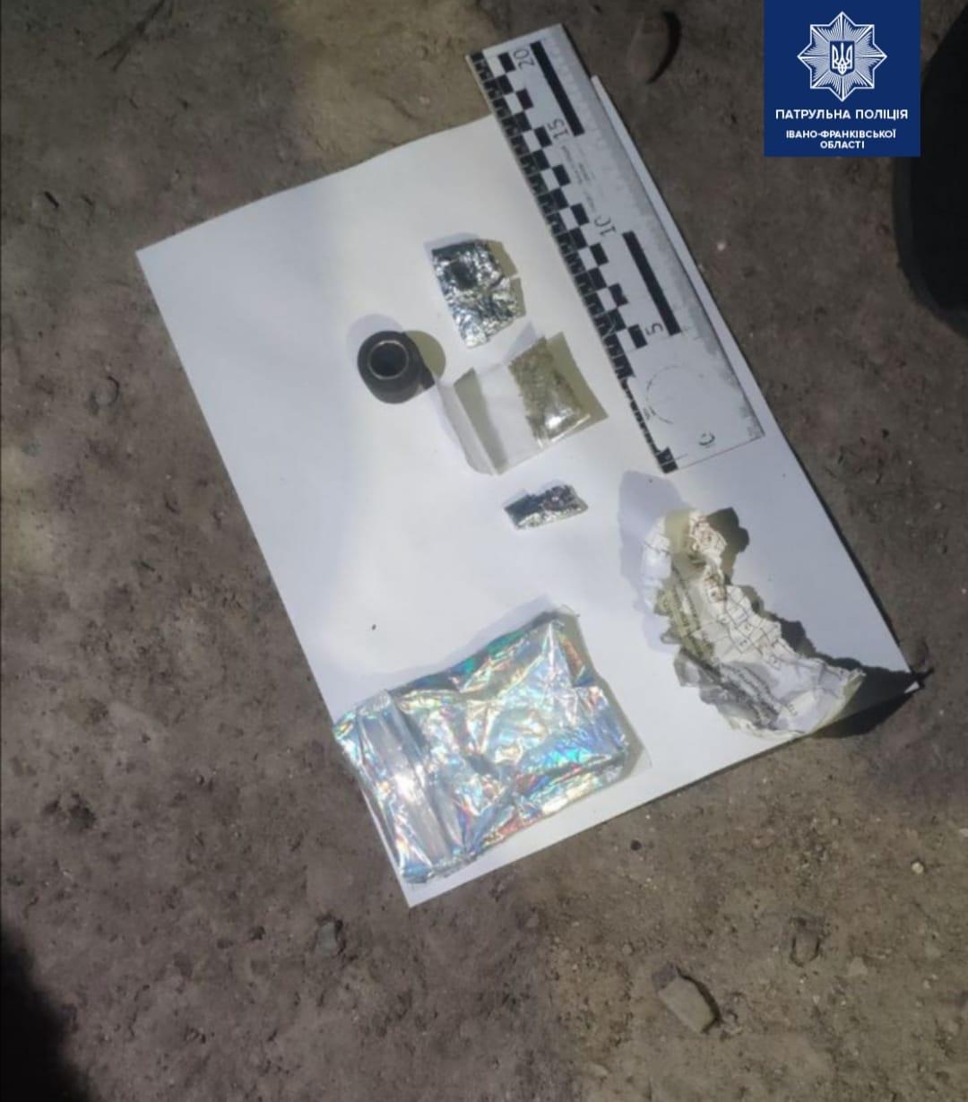 На Автоливмашівській у підозрілих чоловіків знайшли речовини, схожі на наркотики (ФОТОФАКТ)