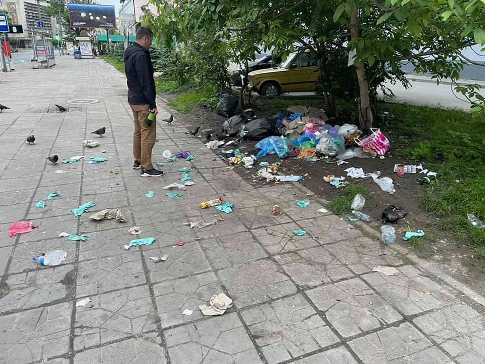 З Січових стрільців прибрали скандальні смітники: тепер люди викидають сміття серед вулиці (ФОТО)