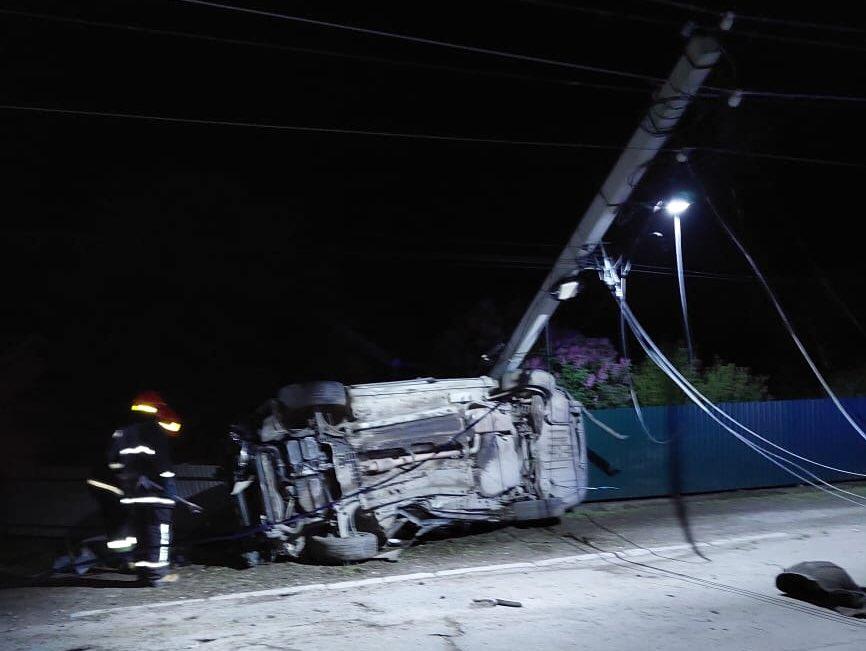 На Коломийщині водій влетів в електроопору та втік. Двоє потерпілих в реанімації (ФОТО)