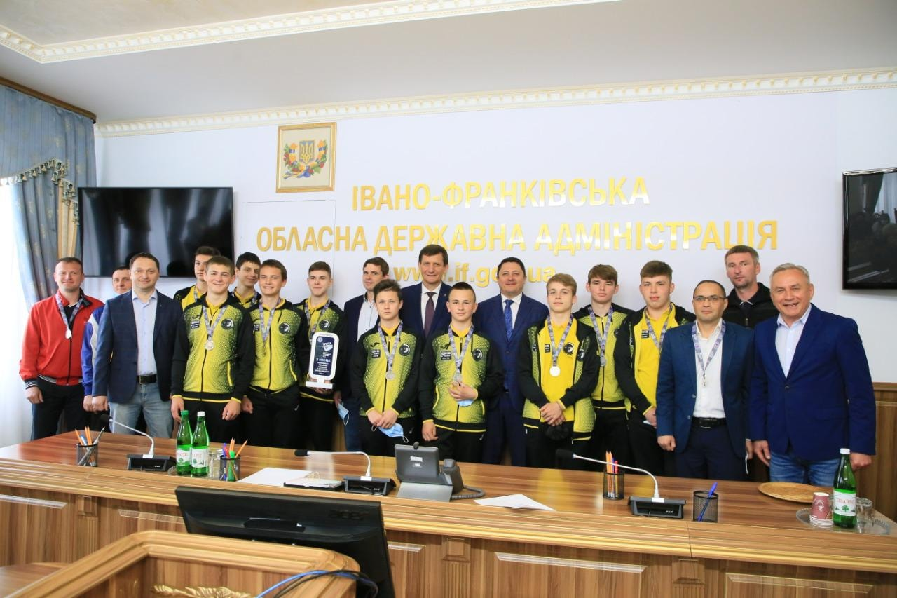 Юні прикарпатські хокеїсти стали срібними призерами чемпіонату України (ФОТО)