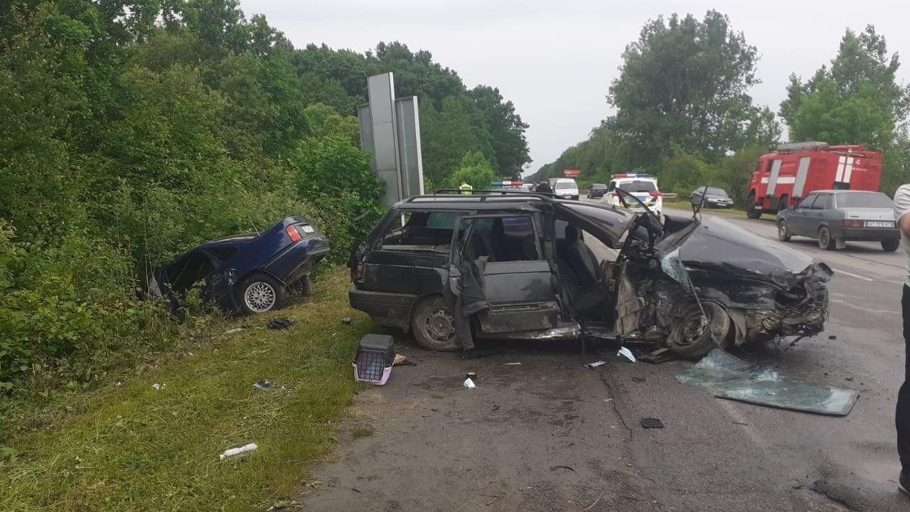 У Богородчанах зіткнулися дві автівки. Водії та пасажирка у лікарні (ФОТОФАКТ)