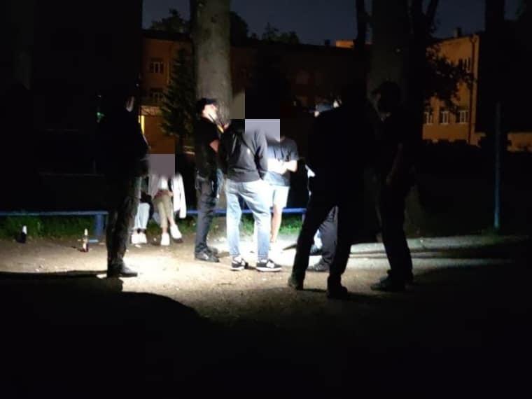 У Франківську оштрафували молодиків, які влаштували гулянку на території ліцею (ФОТО)